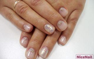 Простой и нежный дизайн с блёстками на коротких ногтях